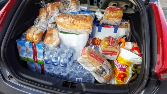 En zo ziet een kofferbak vol boodschappen er uit voor vier dagen in een gezin van acht.